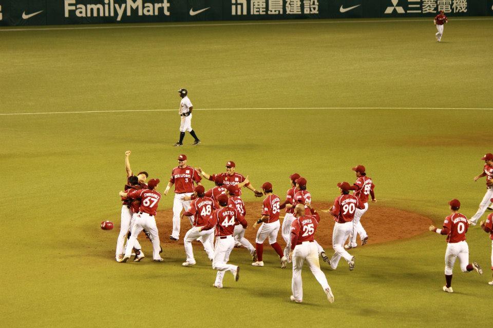 チームメイトがマウンドに集まる。歓喜の輪。