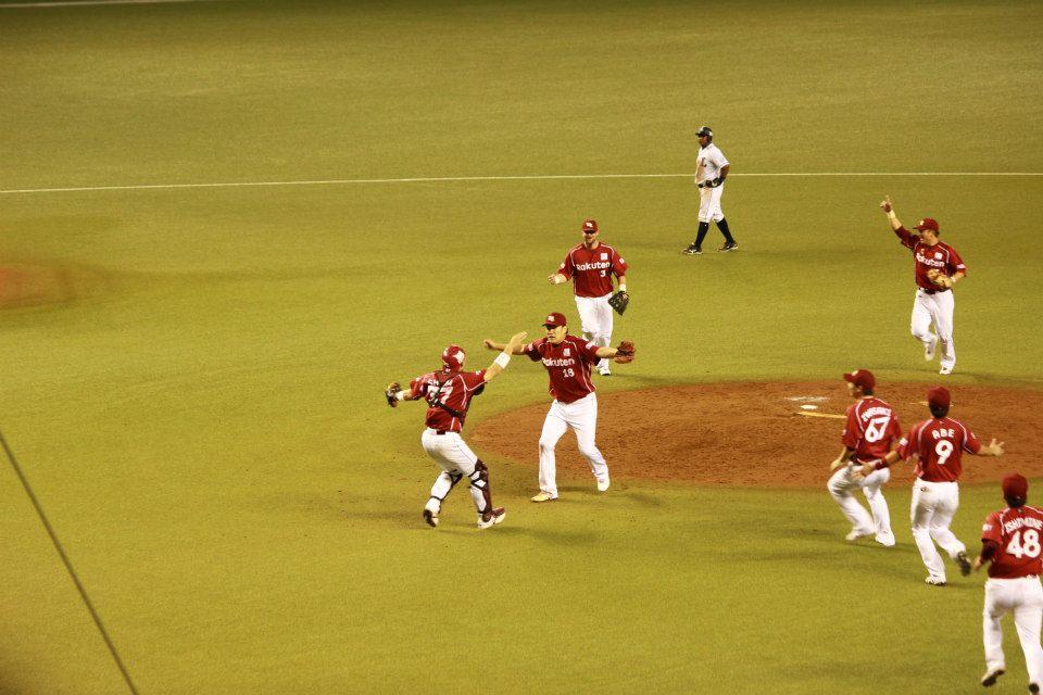 最後の打者を三振にとって優勝が決まった瞬間。山王工業戦に勝ったあとの流川と桜木みたい。