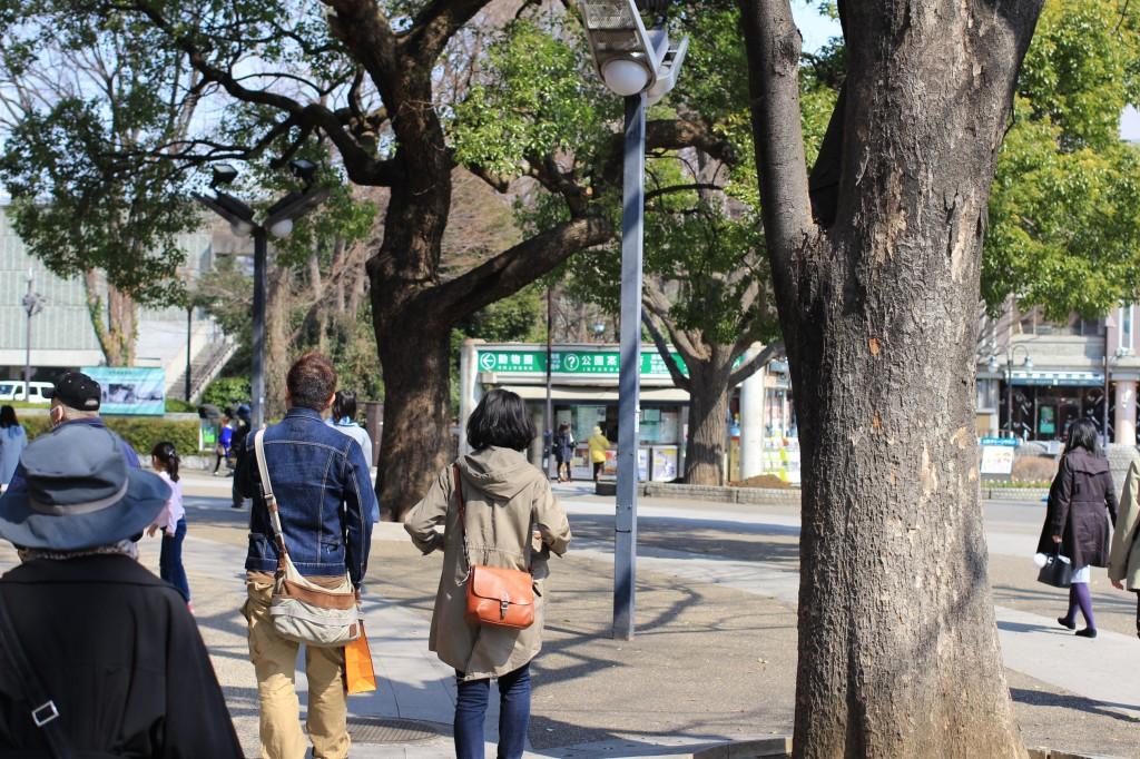 東京文化会館の脇を人の流れに乗ってぶらり開始。