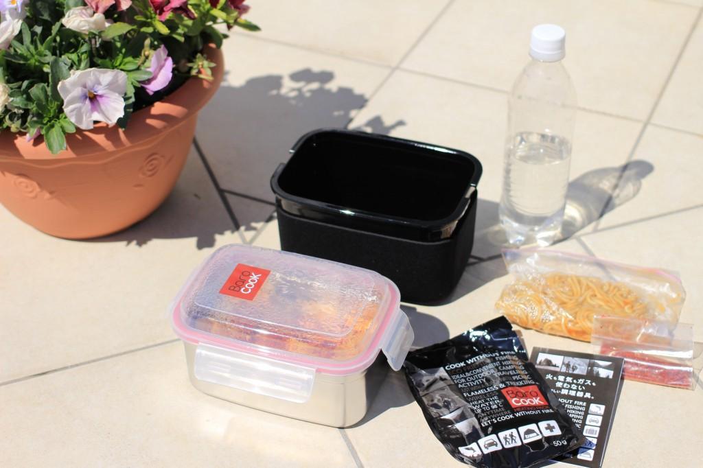 外でなべんとうを取り出す。右上のペットボトルはヒートパック起動用の水