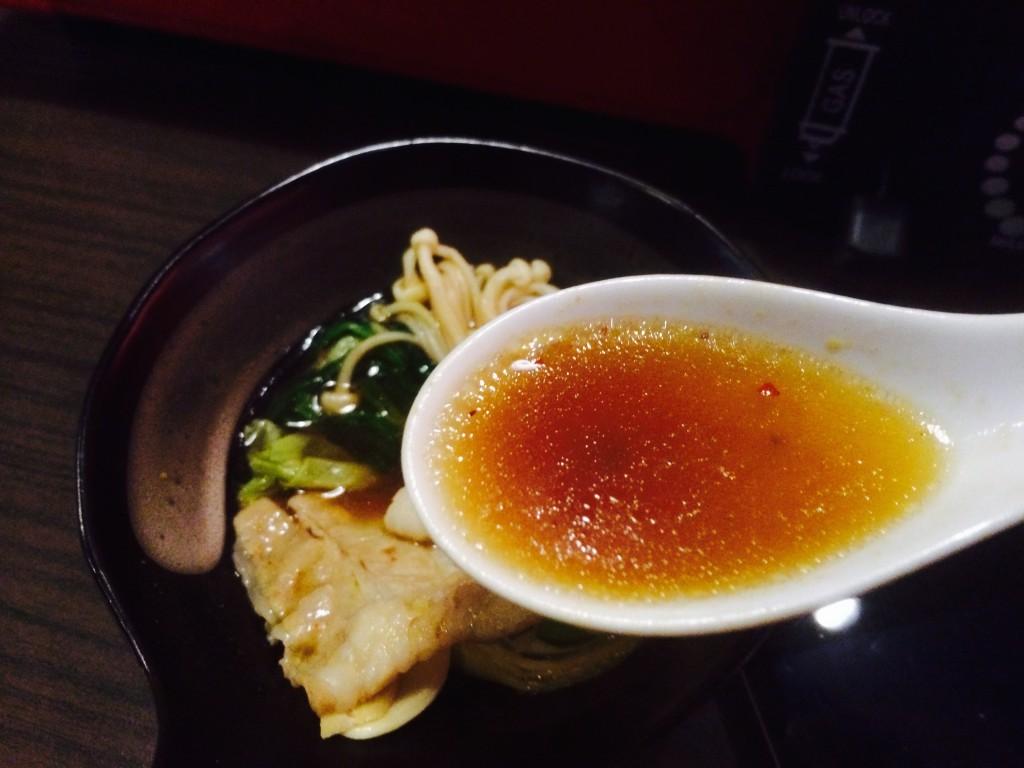 赤味噌ベースのピリ辛スープ。とはいえタイ料理の辛さと比べると全然マイルド