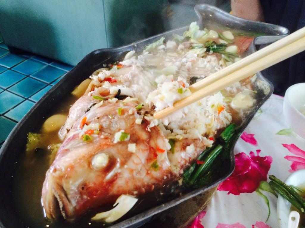 魚型の鍋から取り分ける