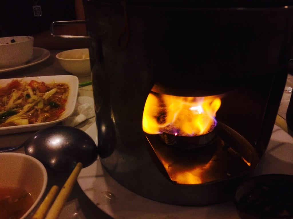 日本の旅館でよくある固形燃料で熱するタイプ。スグ消えるけど、店員さんに頼めば新しいのを入れてくれる