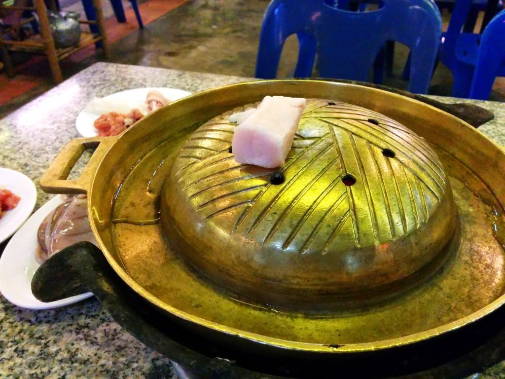 こちらはムーガタ鍋。焼きエリアの周りに鍋エリア