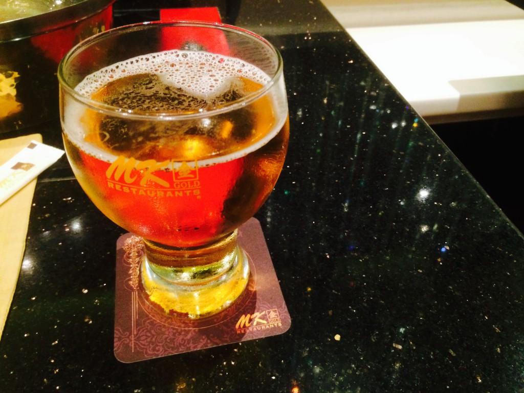 ビールグラスもコースターもゴールド仕様
