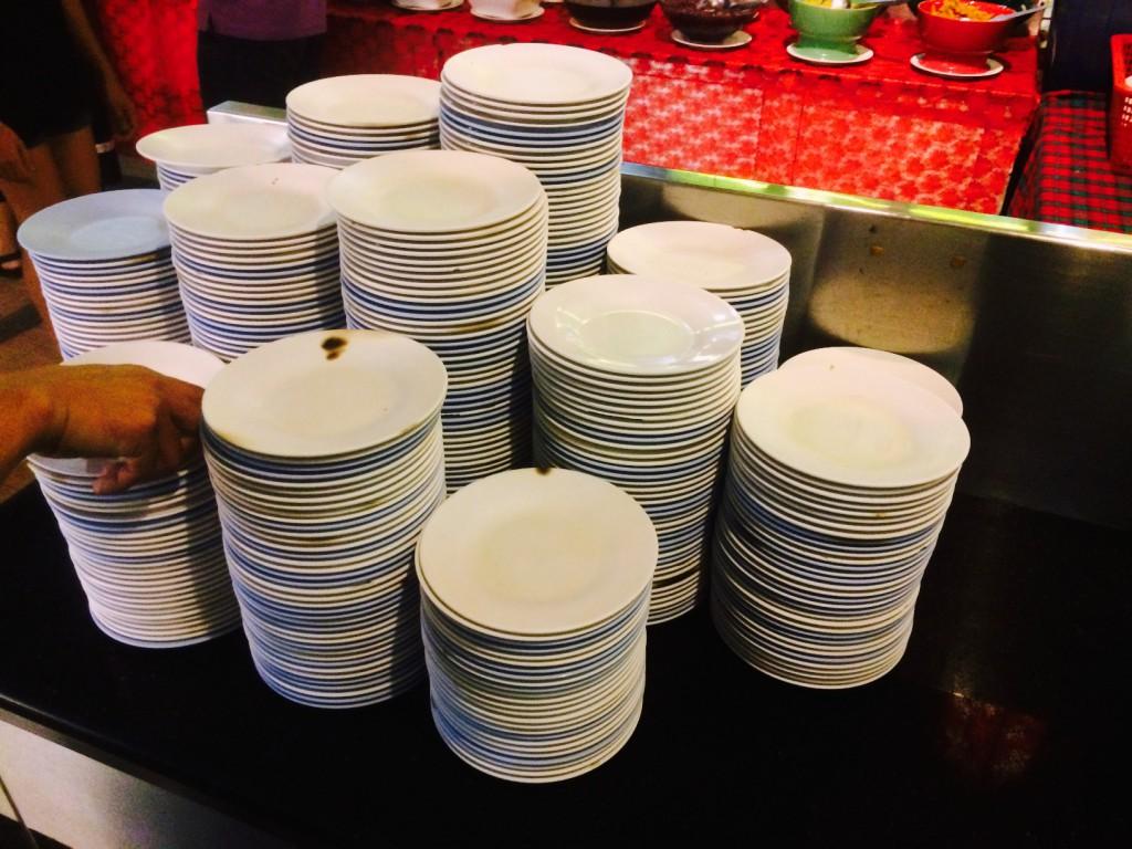 この皿をもらって食べたいものを好きなだけ取っていく