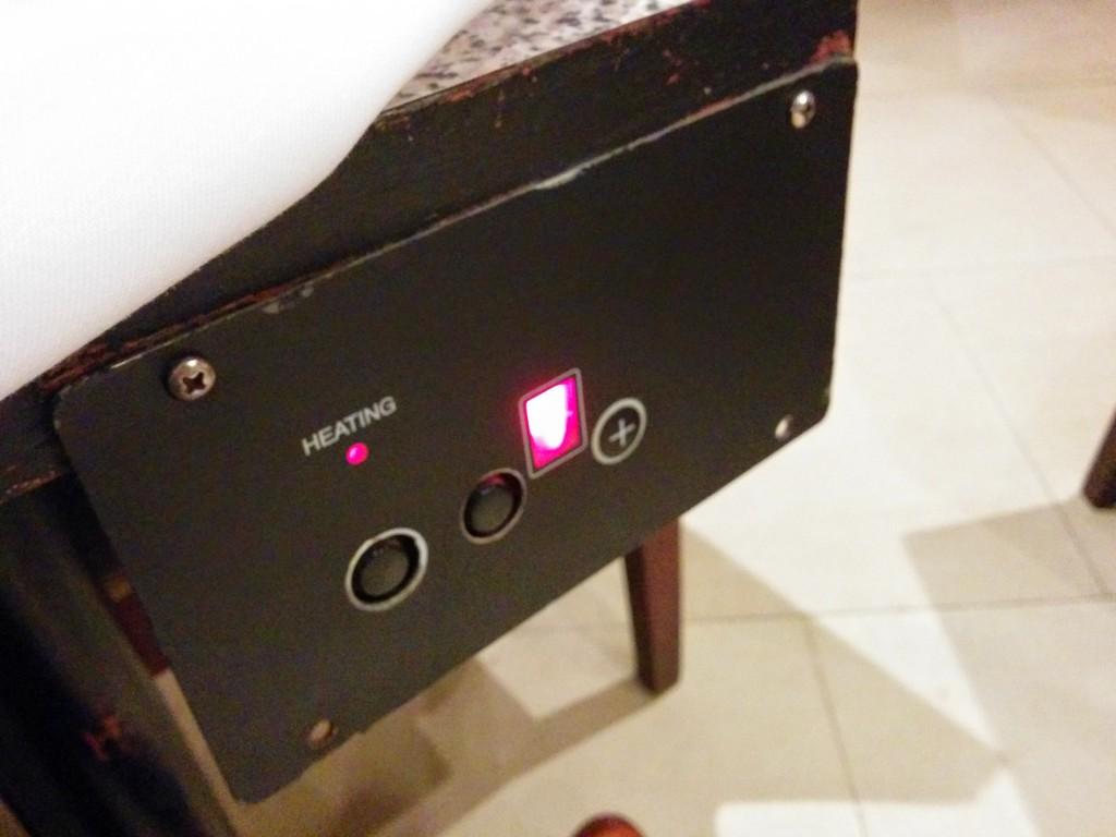 クロスで隠れたテーブル脇にスイッチと火力調整ユニットが