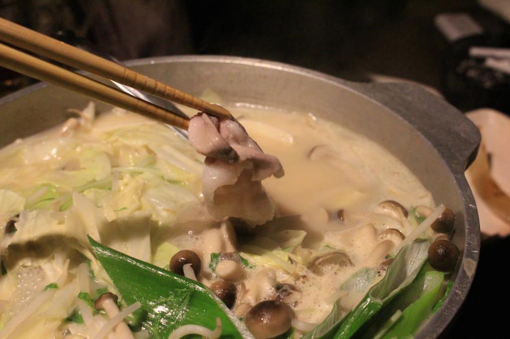 豚骨スープが豚肉に絡む