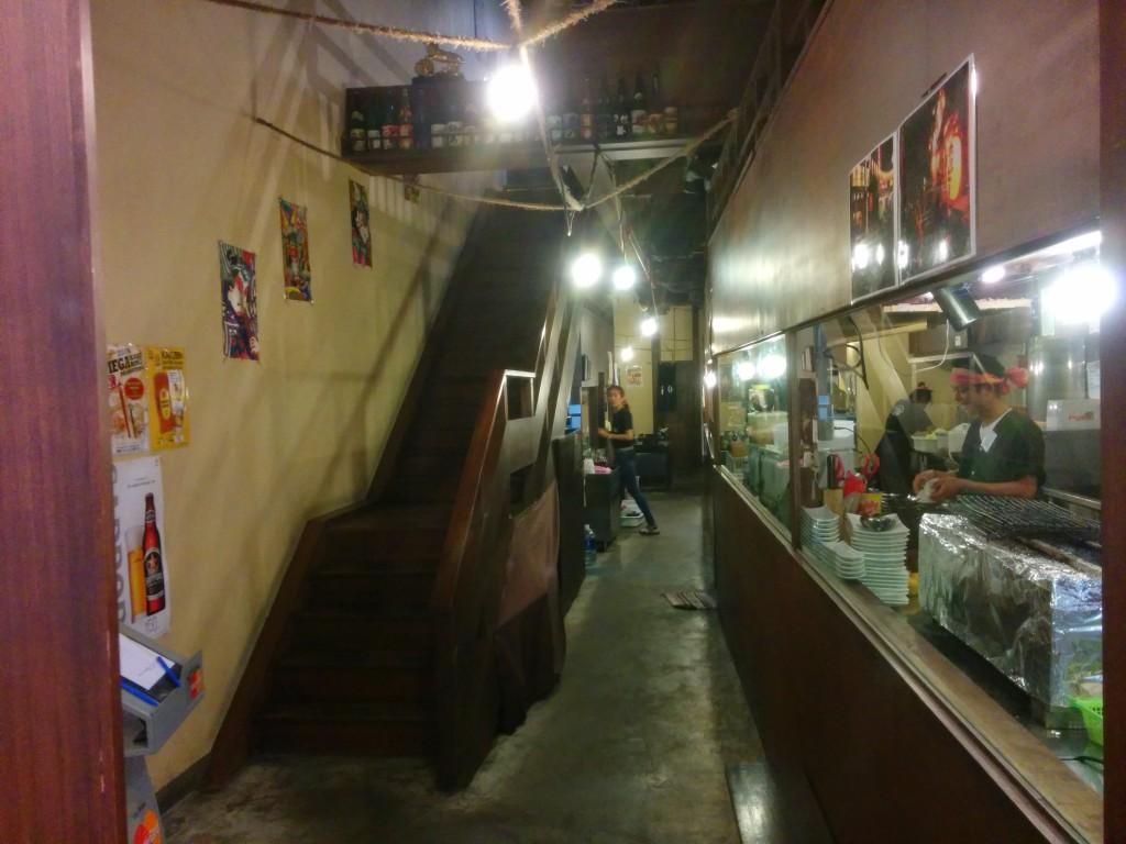 中に入るとガラスで仕切られた調理場と客席への通路と階段