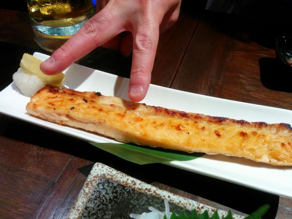あり得ない長さの鮭ハラス焼き。皮もパリっと焼けていて美味しい