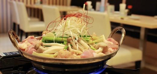 綺麗に盛りつけられた鶏鍋