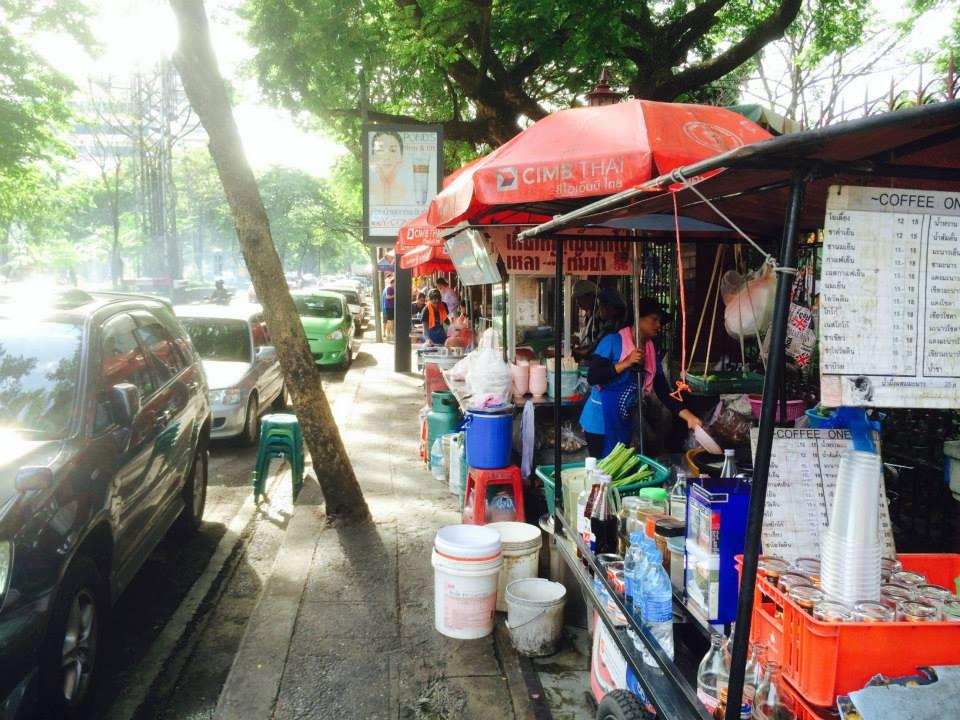 外の通りには朝ご飯を出す屋台が並ぶ