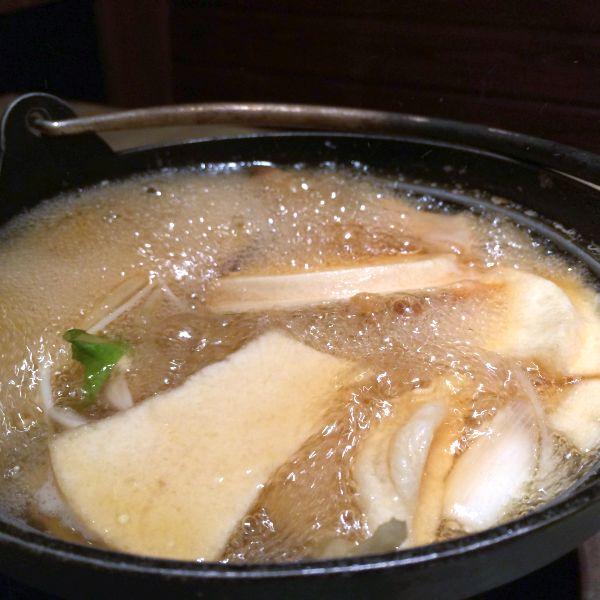 鍋が煮立ってきたら割ったせんべいを投入。