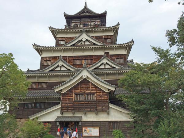 広島城。別名「鯉城(りじょう)」。その名の由来にはさまざまな理由があるが、広島東洋カープが鯉をキャラクターにしている理由の1つは、広島城があるからだ。