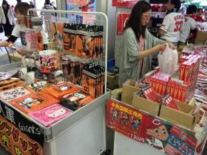 広島駅構内に応援グッズ売り場が。巨人グッズも売っているところに優しさを感じる