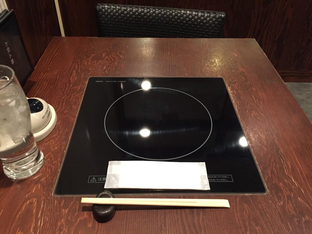 ひとり鍋に大事なのはこのテーブルの小ささだと思う