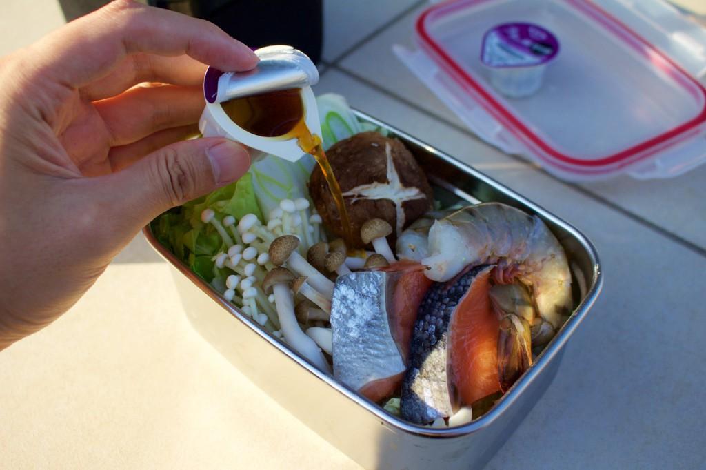 プチッと鍋を注ぐ。なべんとう箱が大きいので2つ入れた