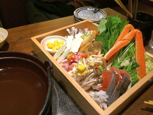 秋鍋の具材。カニ!鮭!ぎんなん!シメジ!秋の味覚盛りだくさん!