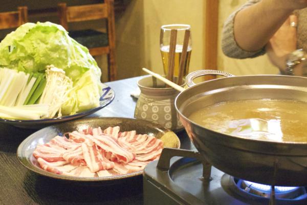 煮えてきてそろそろ鍋をつつく準備に入ります。