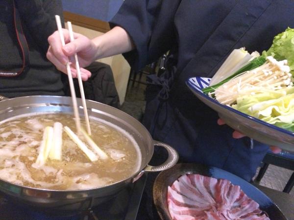 まずは店員さんにレタスしゃぶしゃぶの食べ方を教えてもらって。先に肉、その後、レタス以外の野菜を。