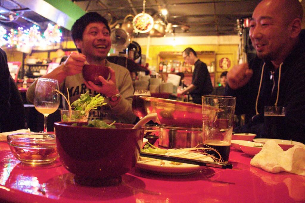 鍋を囲んで楽しい会話