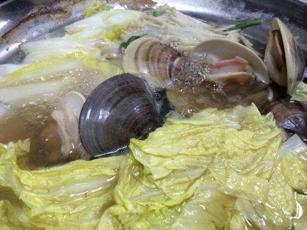 右が桑名産、左は中国産の蛤。