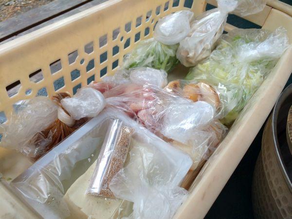 こちらは具材。里芋に豚肉に味噌、野菜に油揚げ。どんな味になるかな?