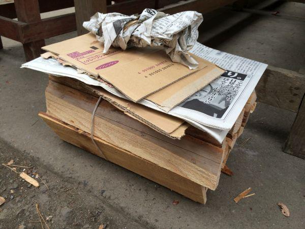 火起こし用の薪・新聞紙・ダンボール。アウトドアテクの見せ所w