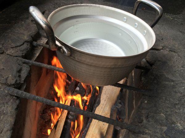 鍋を炊きます。