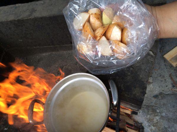 煮えてきたところで。まずは主役の里芋から。