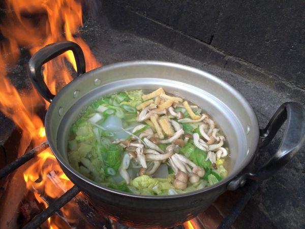 続いて野菜、油揚げ、最後に肉を投入。