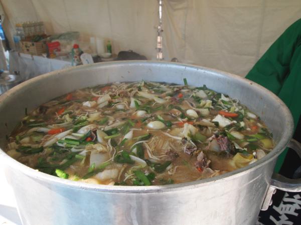 寸胴鍋で煮込みます。こちらは特製味噌でたっぷり野菜と八溝ししまる(猪)が煮込まれています。