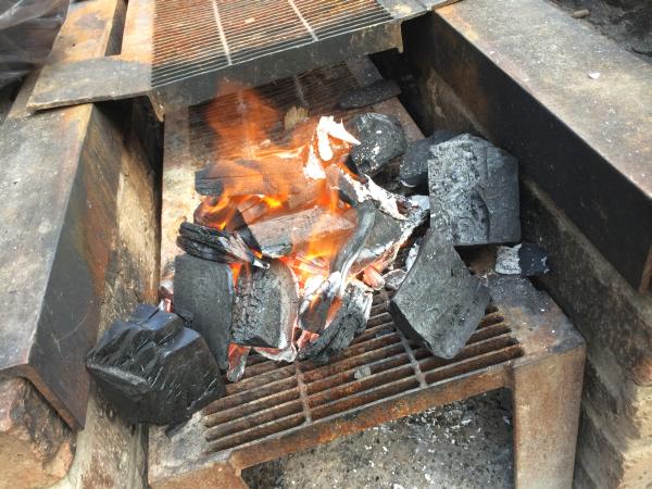 ここまで来ると、もう奥の木炭は火ダネになってます。
