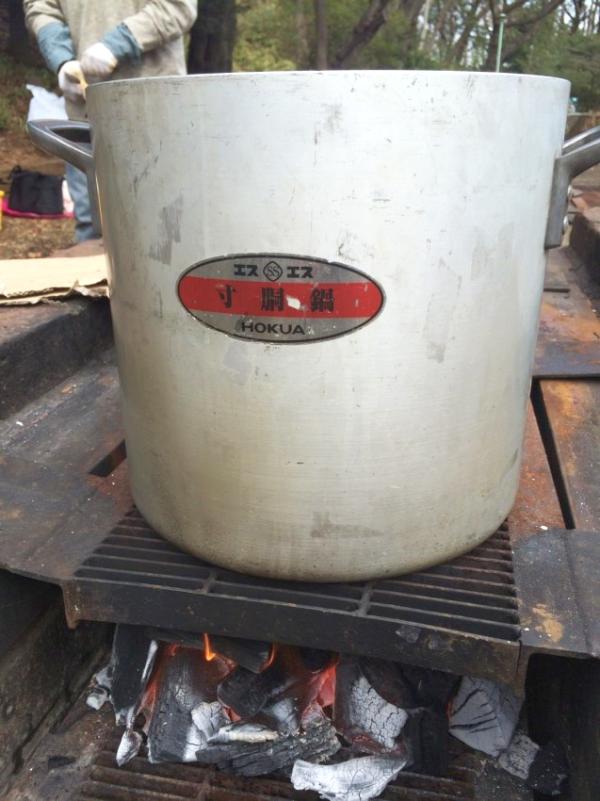 寸胴に水を入れ炊きます。こちらは山形風芋煮鍋。