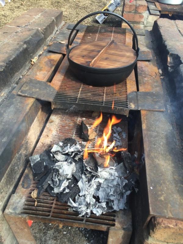 火が起きた竈に鍋。いいね!