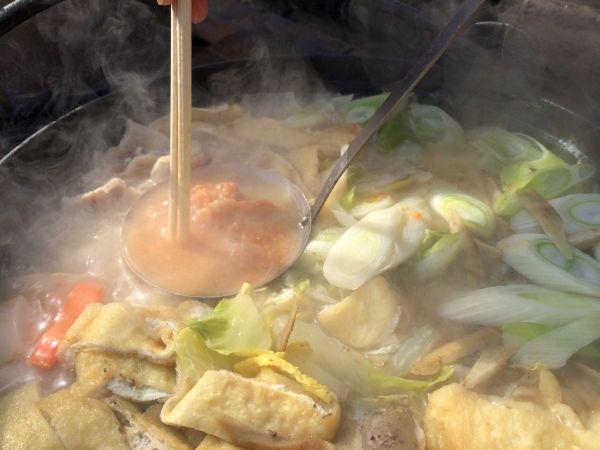 宮城風芋煮鍋。味噌を溶かしてひと煮込みすればできあがり。