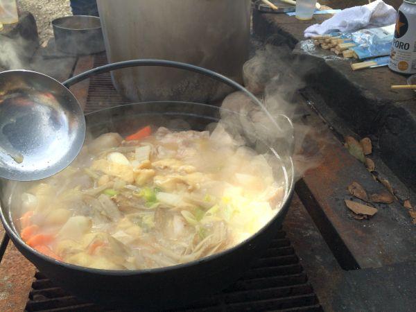 湯気がまた良い味を出します。この日の都内は日中の気温が一桁で鍋の温かさが染み渡る。
