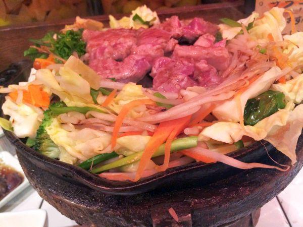 野菜にラム肉の赤が映える。