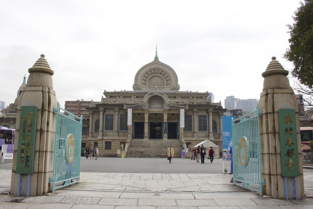 駅を出るとすぐに築地本願寺が。古代インド様式の建築とのこと