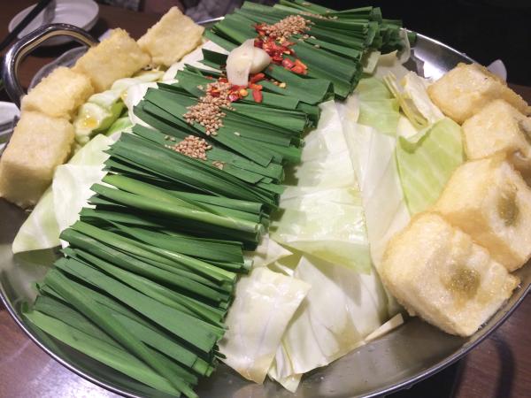 白味噌ベースのスープに、ぷるっぷるのもつ。たっぷりの野菜。