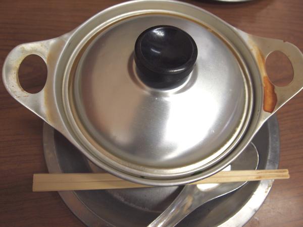小ぶりのアルミ製の鍋に入った鍋焼きうどん。想像したものと違った。