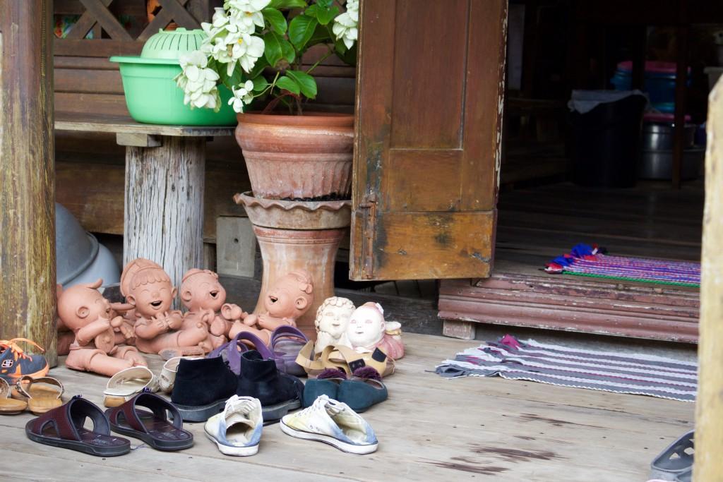 島の人達で賑わうお店の入り口にかわいらしい人形が