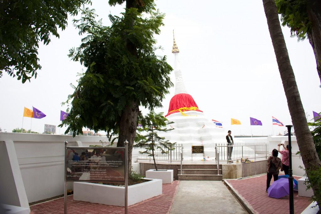 傾いて立っている白い仏塔