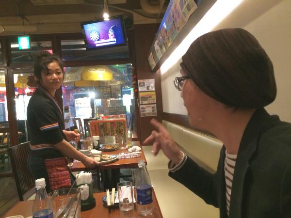 店員さんとタイ語で話すメンバー大崎。このテーブルだけ本当にタイにいるみたいだった!