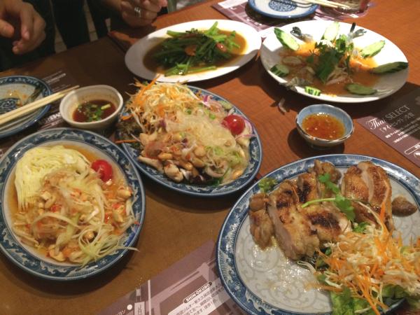 テーブルがカラフルになるのもタイ料理の醍醐味の1つ。