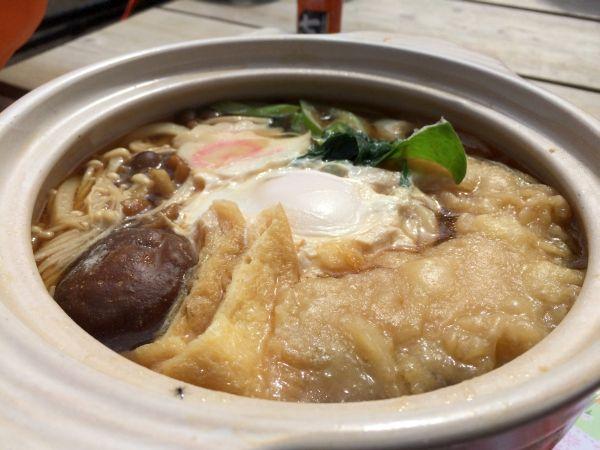 出汁が甘いのはこの山荘ならでは?具はカボチャの天ぷらに葱・椎茸・なると・油揚げなどなど。