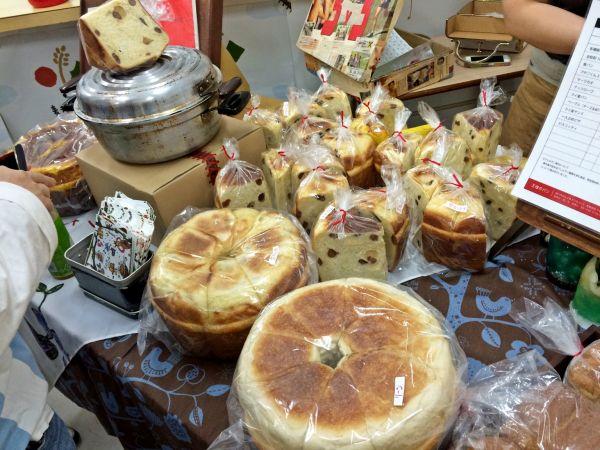 パンがいっぱい。左上には鍋も!