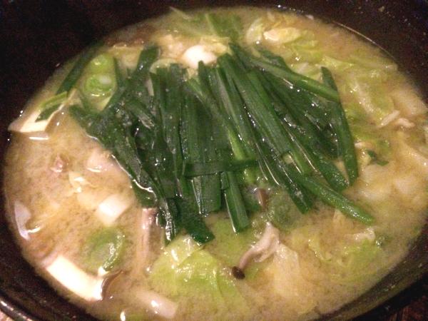 比内地鶏のとりモツ鍋。 味噌に比内地鶏のモツ、ニラとネギのアクセント。