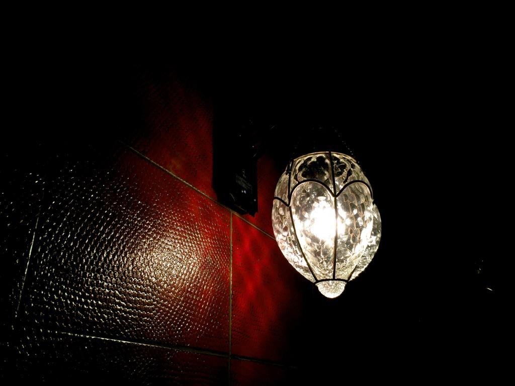 壁にはこんな灯りが。雰囲気が良い(1人だけど)