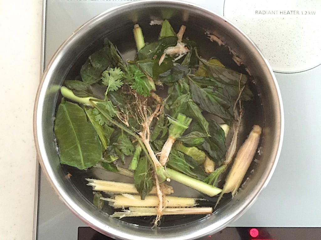 スープは普通にコンロで作ったほうが楽。最初は庖丁使ってたけど、最近は面倒くさいので手で折ったりちぎったり